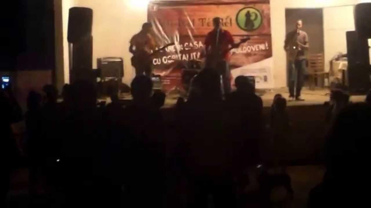 O trupă rock a cîntat în sat, pe scena din centru, muzică de toate genurile