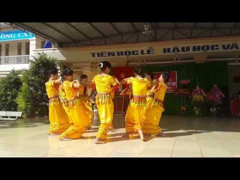 múa những cô gái khơ mú của GV trường THPT trần Phú Bình Phước