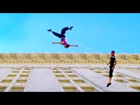 Сте виделе ли вертикално играње? Погледнете го танцот на ѕидот на зградата на овие двајца воздушни танчери