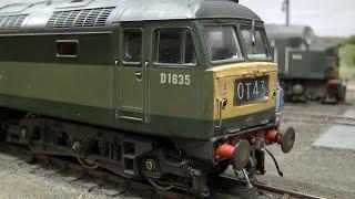 Herrliche Modellbahn mit rostigen Diesel-Lokomotiven in Spur 0
