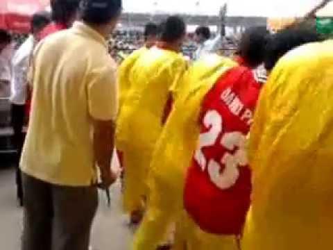 [Vòng loại chọi trâu ĐS 2012] Kéo trâu thua ra khỏi sân.