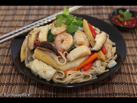 Stir-Fried Seafood Rice Noodles (Hu Tieu Xao Do Bien)