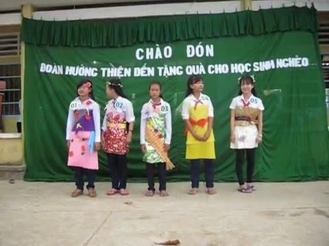 Tiết mục biểu diễn thời trang giấy của các em trường Phú Hữu