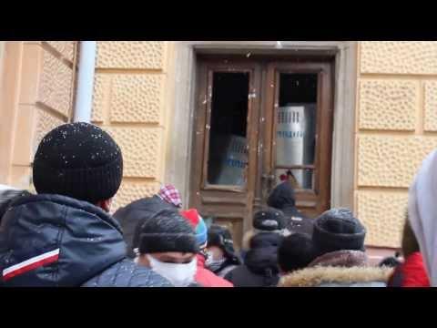 Штурм Чернівецької ОДА. Використання газових балончиків силовиками