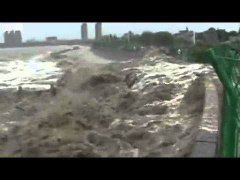 Tidal bore causes panic in China's Haining city