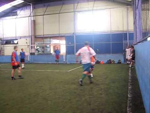 25.04.09 - Pelada - Aos 1:24min deixou no chão e fez o gol, 2:35min canetinha no gordo e aos 5:38min levanto o short pra chutar a bola, ki menina!