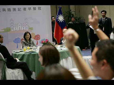 President Tsai holds breakfast meeting with traveling press corps