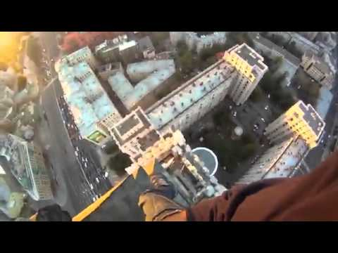 Guy climbs skyscraper without safety equipment
