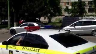 Mașina poliției stă în intersecție ca să vegheze intersecția