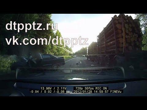 За две минуты два легковых автомобиля врезались в стоящий лесовоз