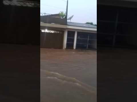 Vídeo Vídeo: Chuva transforma rua em rio