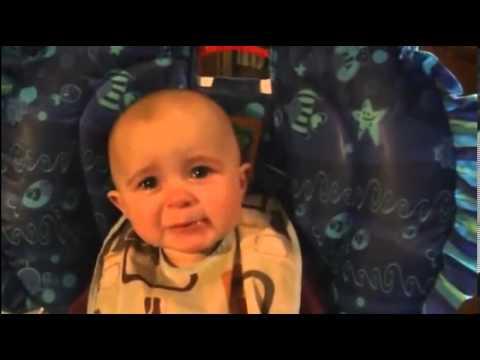 Bé gái 10 tháng tuổi biết cảm động khi nghe mẹ hát nhạc buồn
