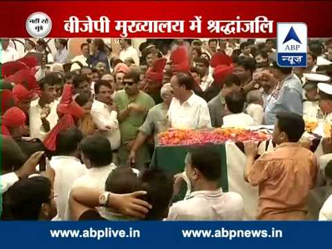 Rahul Gandhi pays respects to Gopinath Munde at BJP headquarters