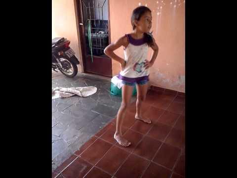 Luana Beatriz dançando menina má (Anita)