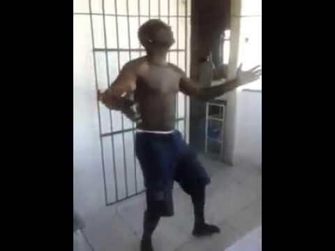 Homem dançando lepo lepo