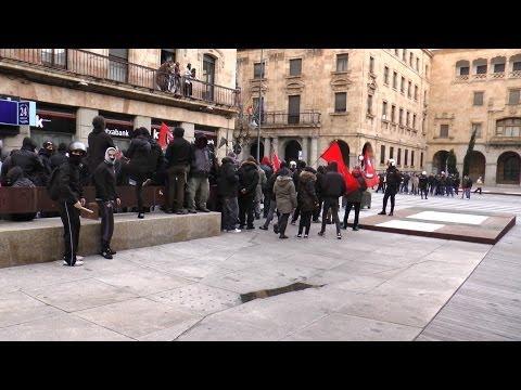 Enfrentamiento entre Antifascistas y Nacionalistas en la Plaza de la Constitución