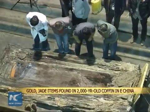 VIDEO: Tìm thấy đồ vật bằng vàng, ngọc trong quan tài 2.000 năm tuổi ở Trung Quốc