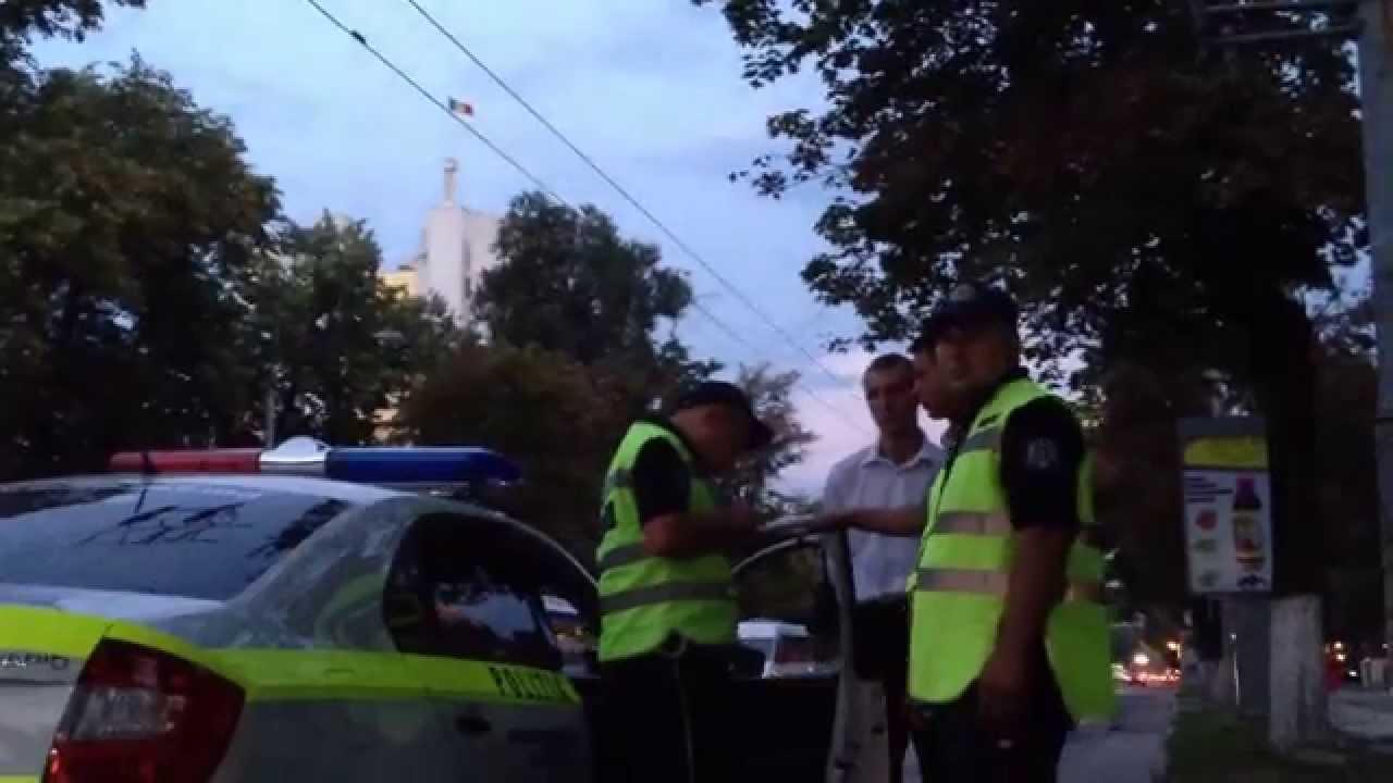 Poliția staționează ilegal și oprește mașini cîte două
