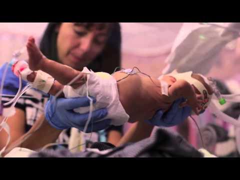 Video de un padre sobre el primer año de su hijo prematuro se vuelve viral