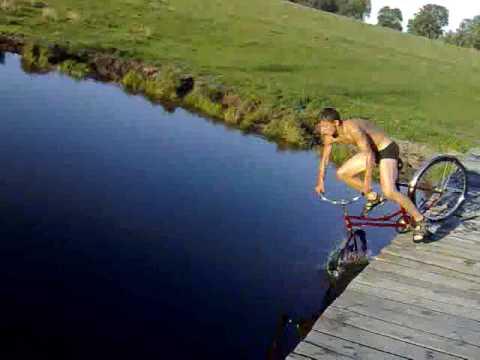 Śmieszny filmik - Skok do wody