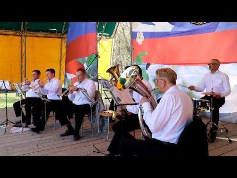 Под звуки военного оркестра искитимцы танцуют вальс