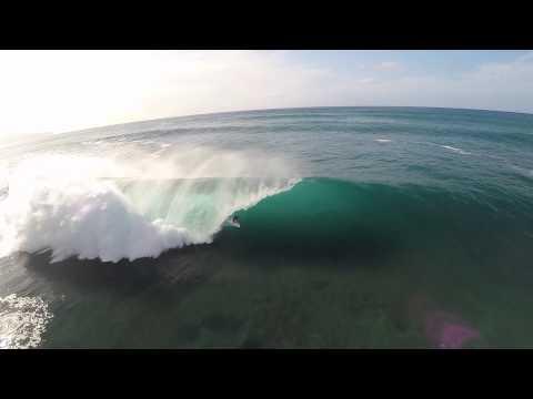 image vidéo Les surfeurs de Banzai Pipeline filmés avec un drone