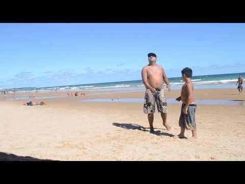 Gil empinando pipa na praia