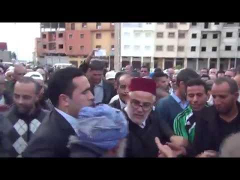 بنكيران يقبل يد مواطن