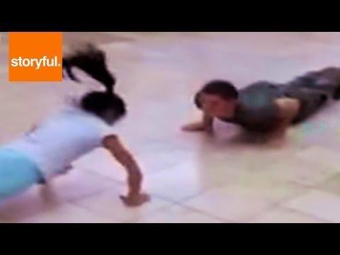Мало девојче се натпреварува со професионален војник во правење склекови