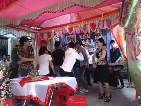 Mẹ Sơn Tùng M-TP nhảy nhạc sàn trong đám cưới