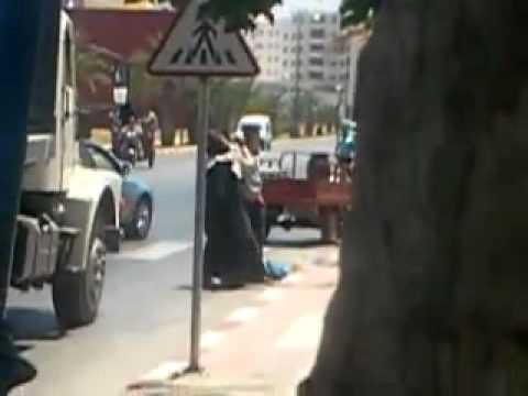 """شخص """"يسلخ"""" زوجته في الشارع العام ولمغاربة كيتفرجو (فيديو)"""