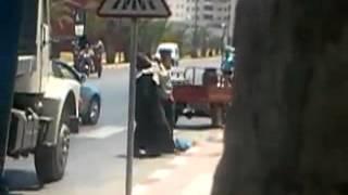 الترمضينة: رجل يضرب زوجته في الطريق العام | بــووز
