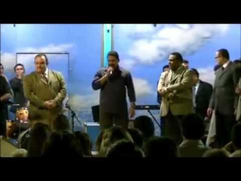 Cantor Zezo cantando na Cruzada Evangélica em Natal