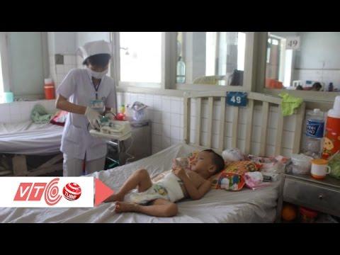 Xót xa bé trai 3 tuổi bị cha dượng bạo hành | VTC
