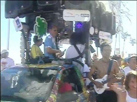 Microtrio, o menor trio da Bahia, surpreende foliões no Carnaval de Salvador