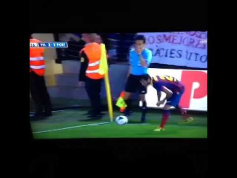 Dani Alves eats a banana on the field, good react to racism.