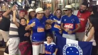 Torcida cruzeirense canta no Mercado Central