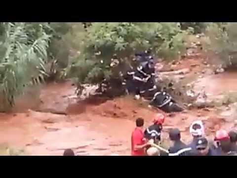 خطير:ثلاث أطفال ينجون من غرق و رجلان من الوقاية المدنية يسقطان في الواد