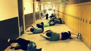 Nadando en el pasillo de la escuela