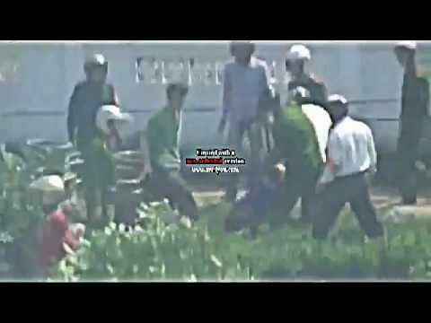 Công An đánh phụ nữ rất dã man tại Văn Giang  24/4/2012.avi