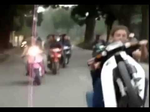 Bốc đầu xe máy tập thể qua Lăng Bác