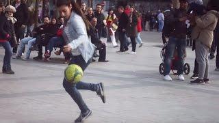 Chica muy habilidosa con el balón