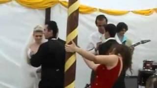 Borracha destrozando boda