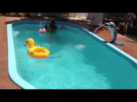 Davi tomando banho de piscina