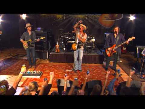 Kevin Fowler performs