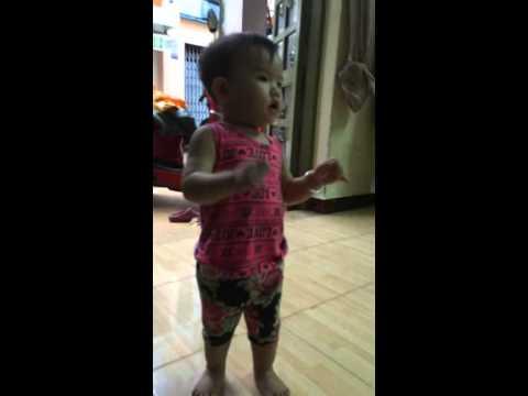 sugar free bé gái 1 tuổi nhảy