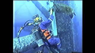 Experiência única enquanto conserta um tubo subaquático