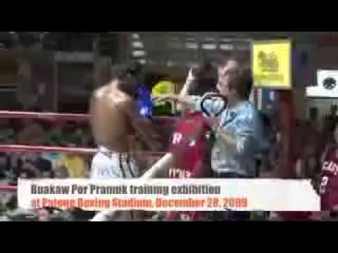 Buakaw por Pramuk pad training at Patong Boxing Stadium