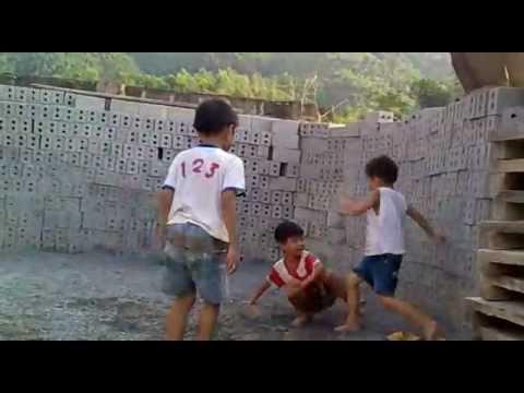 trẻ em đánh nhau man rợ