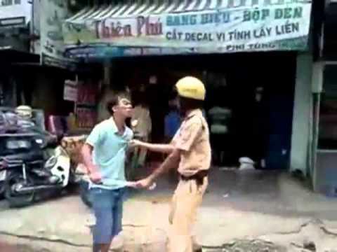 cảnh sát giao thông và cơ động đánh nhau (không light saber)